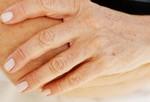 Возрастные пятна (лентигиноз). Эти надоедливые коричневые пятна появляются не только с возрастом, но с возрастом их количество может увеличиться. Причина пятен – чрезмерное нахождение на солнце (вот почему этих пятен особенно больше в тех местах, которые больше всего находились под солнцем, например, лицо, руки, грудь). Отбеливающие крема, отшелушиватели, легкое лечение могут уменьшить их яркость. В случае серьезных реакций, например, меланома, обратитесь к дерматологу.